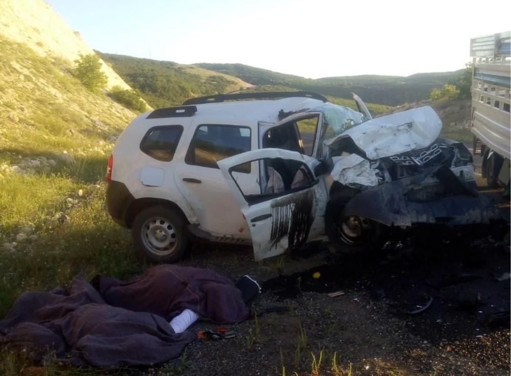 Elazığ'da araçlar kafa kafaya çarpıştı: 2 ölü, 1 yaralı