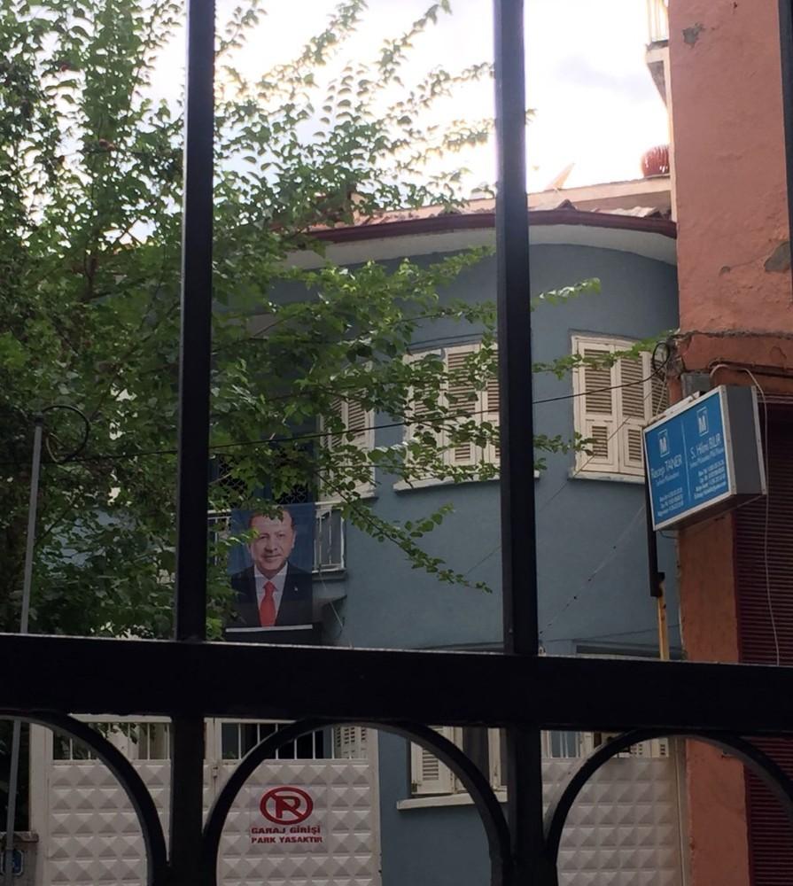 """İYİ Parti İl Başkanı'nın iş yerinin balkonuna """"Erdoğan posteri"""" asıldı"""