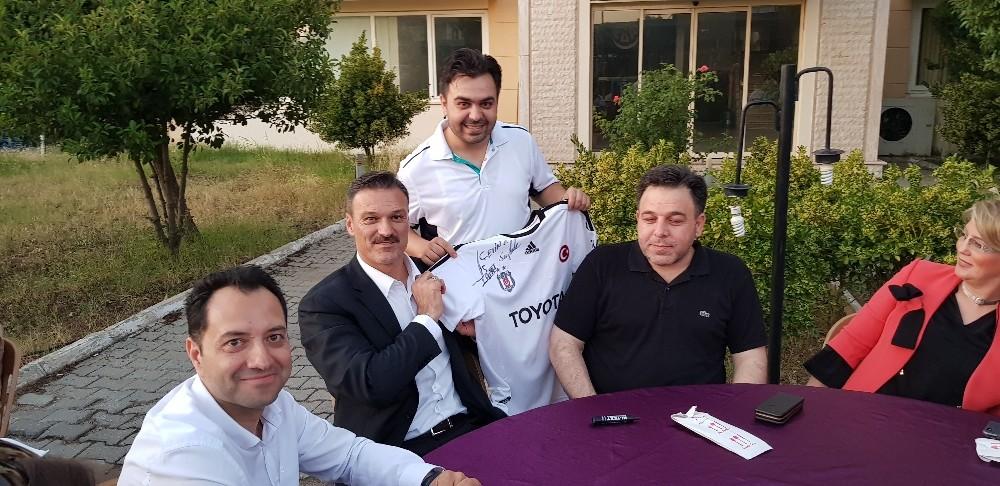 AK Parti İzmir Milletvekili adayı milli futbolcu Alpay Özalan Tire'de vatandaşlarla buluştu