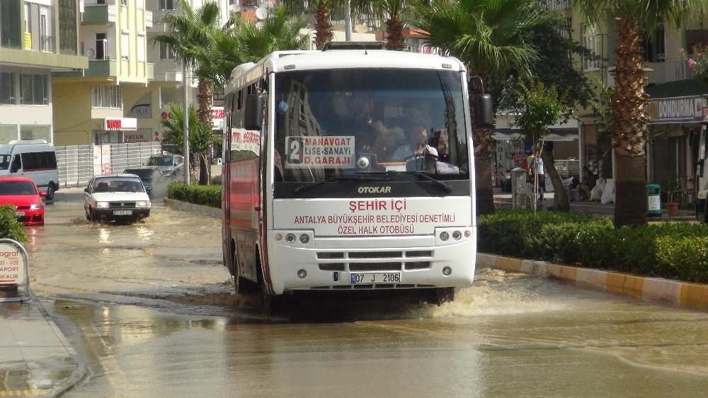 Manavgat'ta patlayan boru caddeyi sular altında, vatandaşı susuz bıraktı