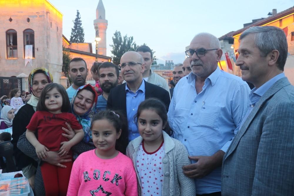 Bakan Mehmet Şimşek, vatandaşlarla beraber iftar yapıp, seçim bürosu açılışına katıldı