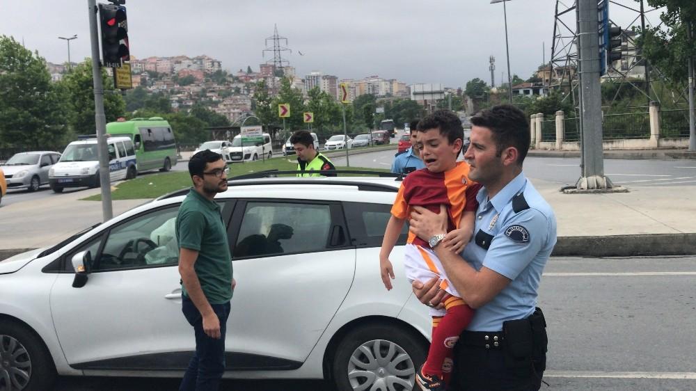 (Özel) Babası kaza yapınca ağlayan çocuğu polis ekipleri sakinleştirdi
