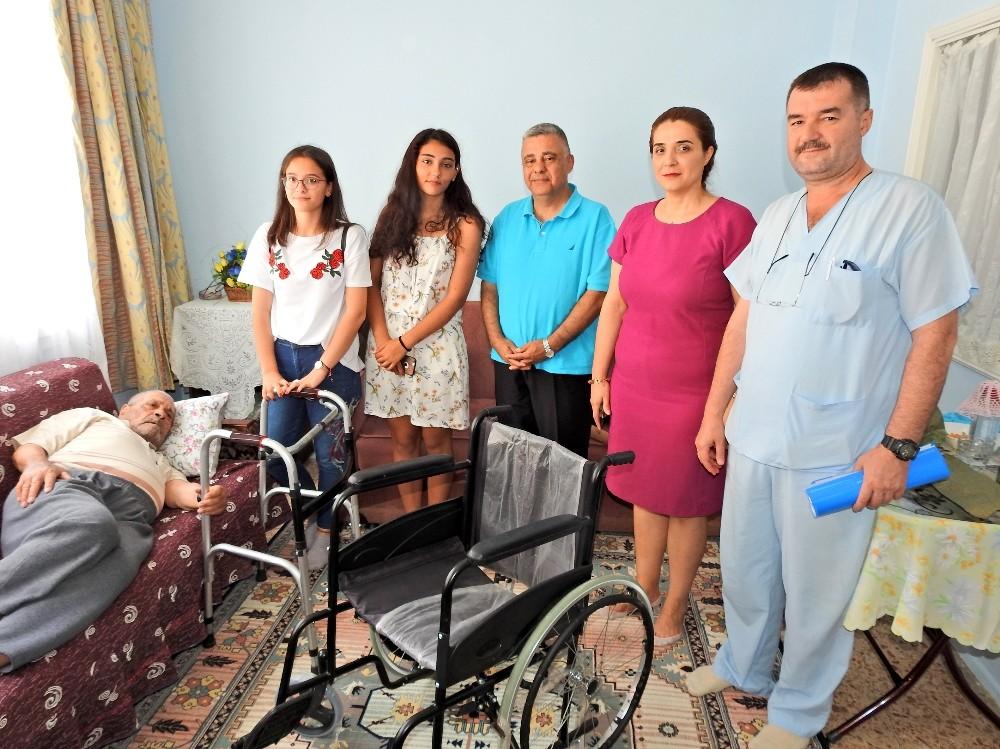 Çeşmeli öğrencilerden yaşlı hastalara tekerlekli sandalye