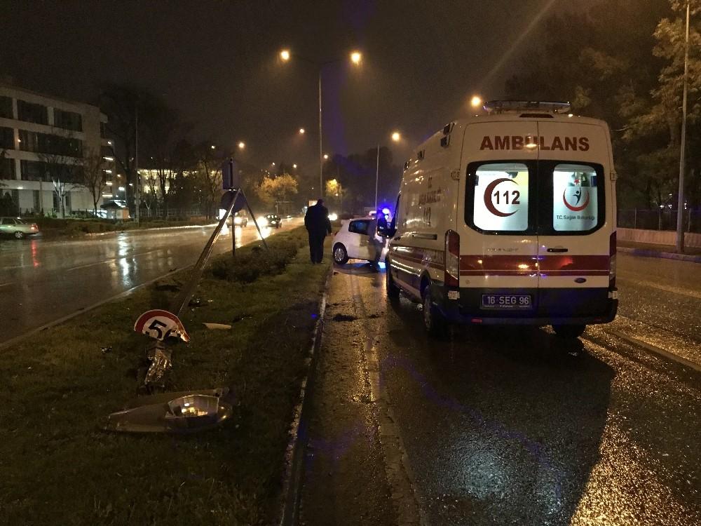Kayganlaşan yolda otomobil elektrik direğine çarptı: 3 yaralı