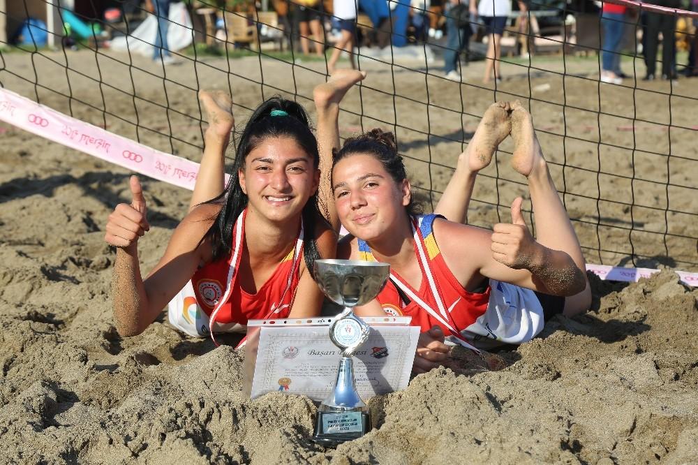 Mezitli'de plaj voleybolu şampiyonları kupalarını aldı