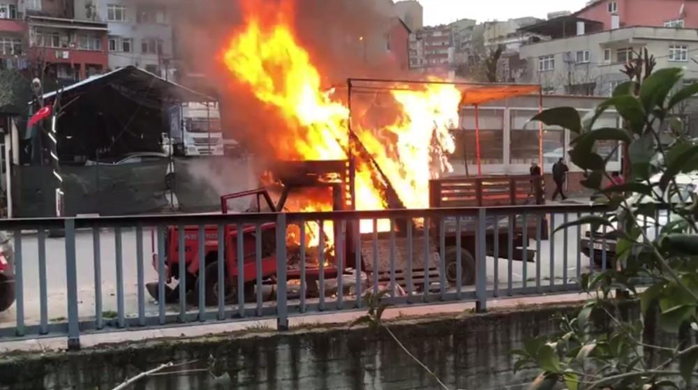 (özel) Kağıthane'de park halindeki kamyonet alev alev yandı