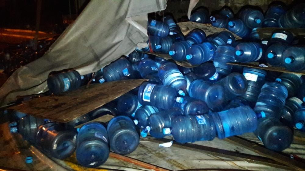 TEM'de kamyon devrildi: Su damacanaları yola savruldu