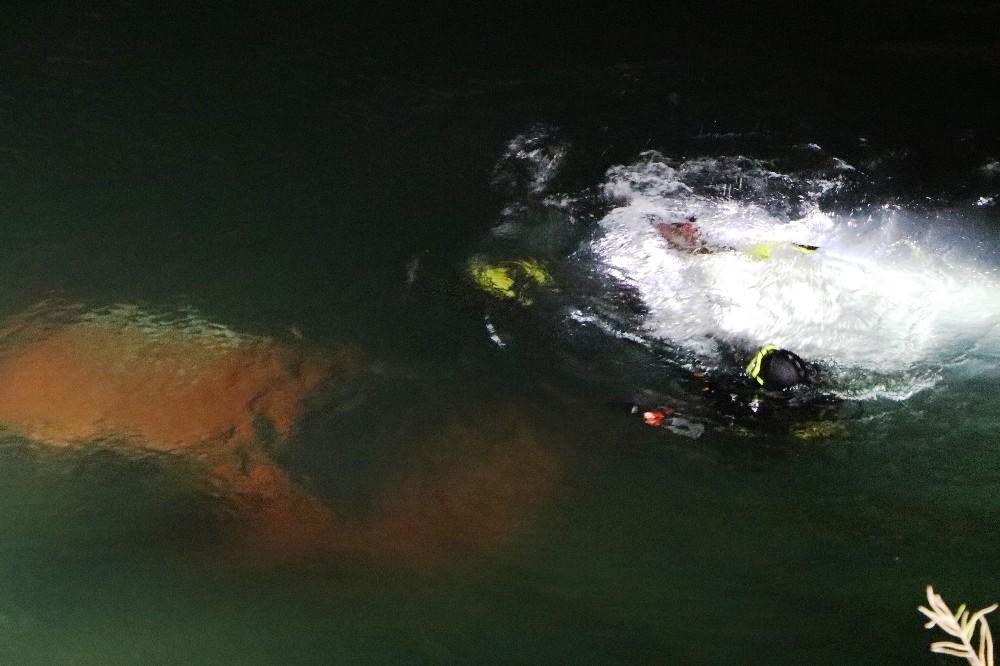 Otomobil nehre düştü baba öldü oğlu yaralı kurtuldu