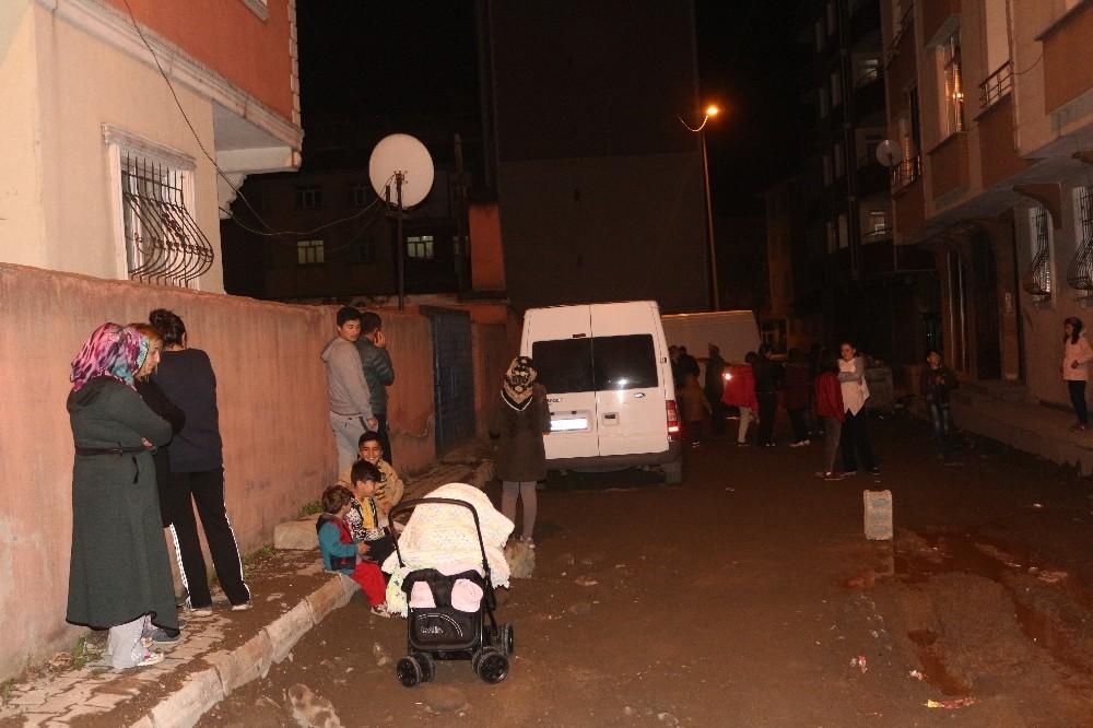 Ağrı'da deprem nedeniyle 2 katlı evde hasar oluştu