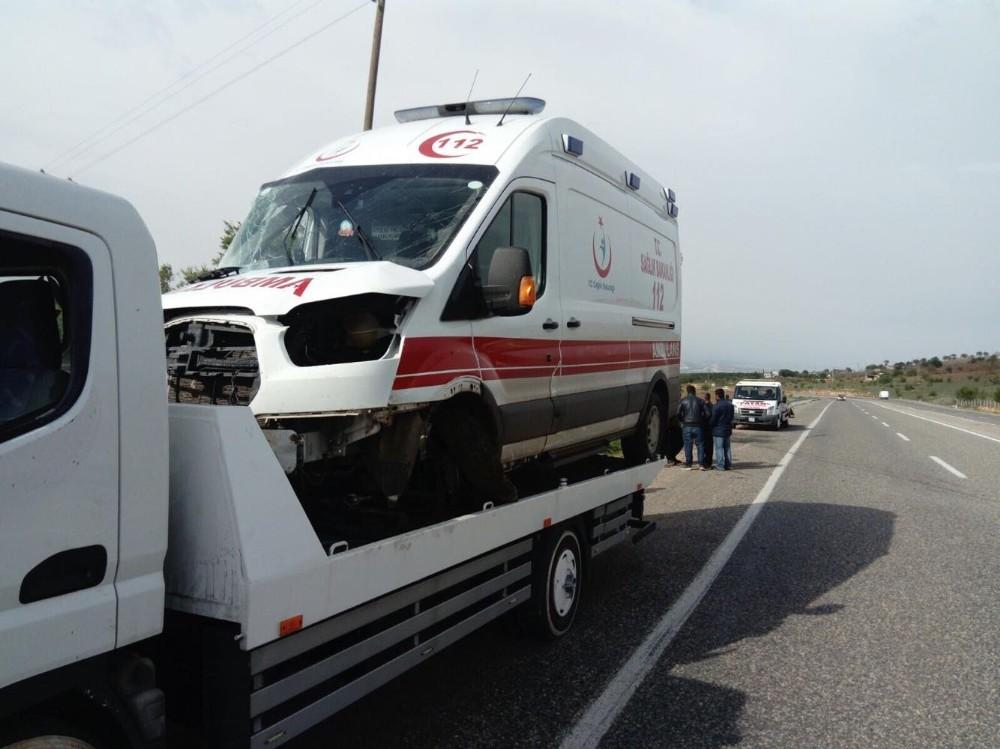 Ambulans ile minibüs çarpıştı: 6 yaralı