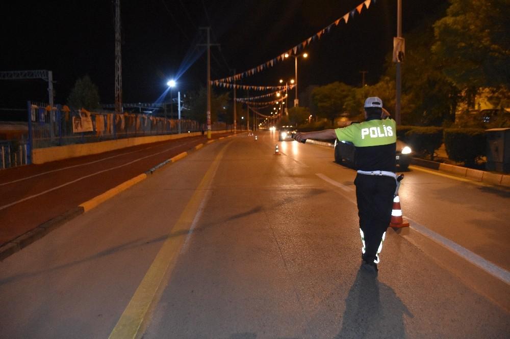 Uygulamaya takılan sürücü polisi ikna etmeye çalıştı
