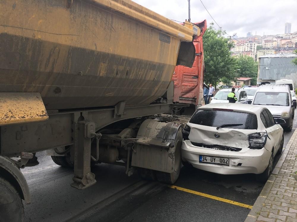 Sokağı savaş alanına çeviren şoföre mahalleli saldırdı