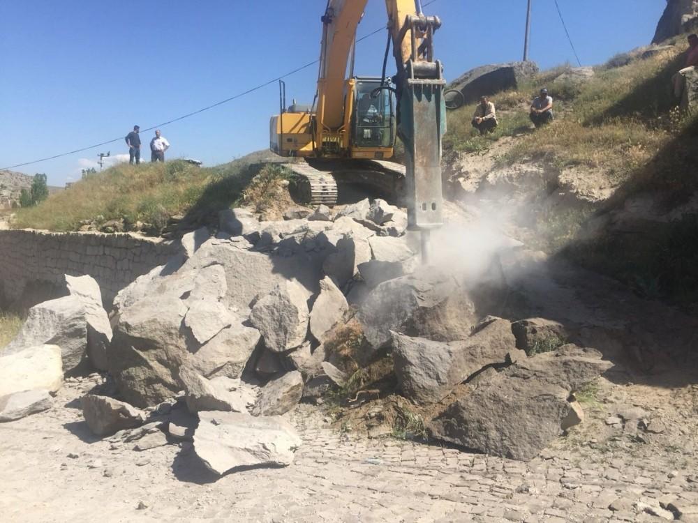 Aksaray'daki bir köye 30 tonluk kaya düştü