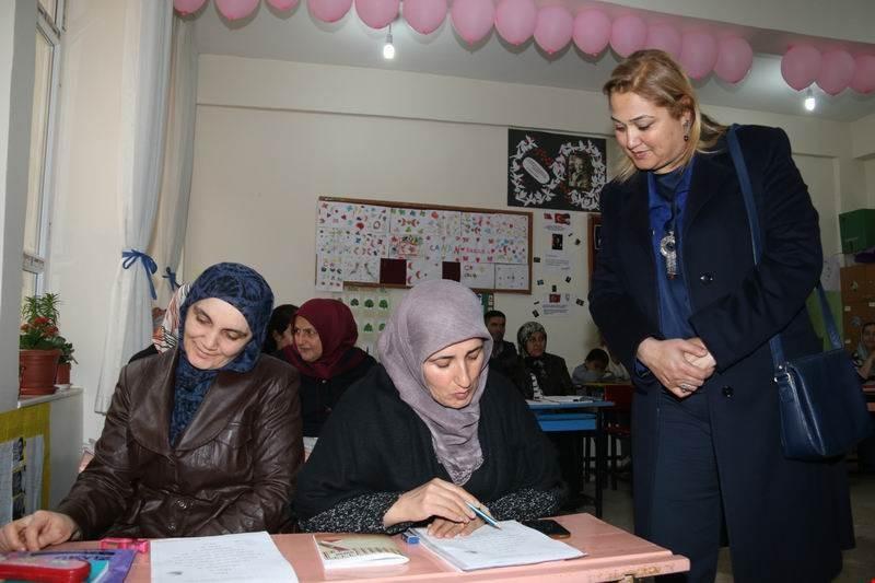 Hakkari Valisi Toprak'ın eşi Dr. Toprak'tan okuma yazma kurslarına ziyaret
