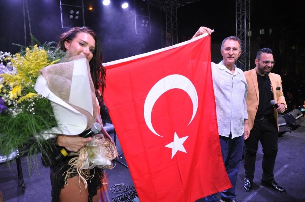 Otilia, festivale geldiği Buldan'ı salladı