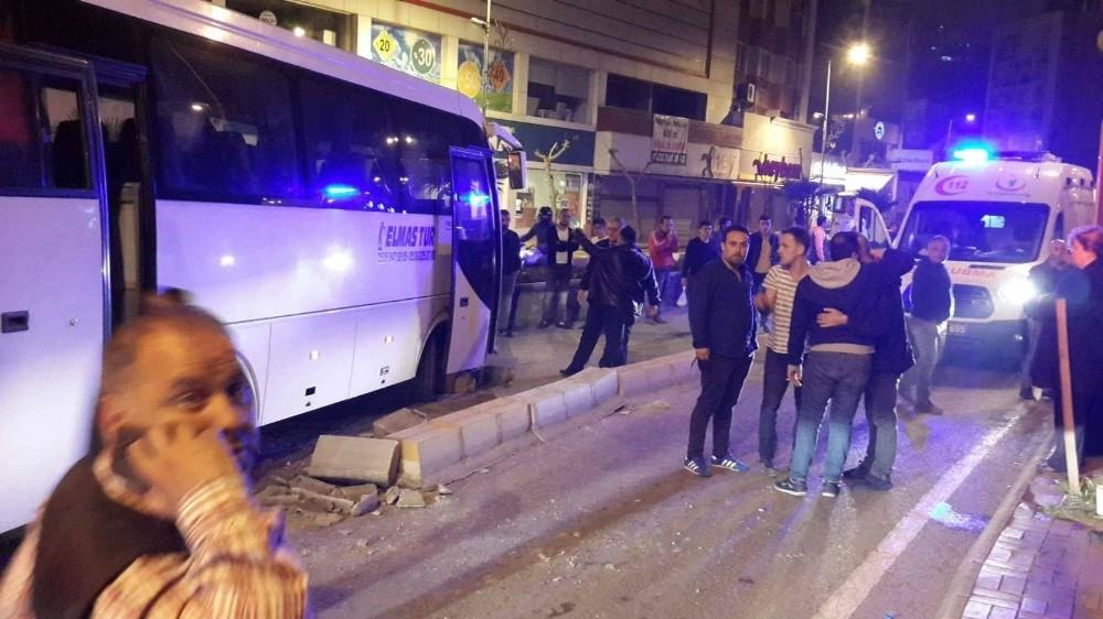 Düğünden çıkan davetlileri taşıyan otobüs kaldırıma çarptı