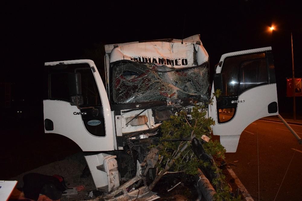 Kamyon trambüs direğine çarptı: 2 yaralı