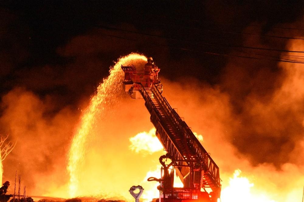 Çanakkale'de sebze halinde yangın söndürme çalışmaları devam ediyor