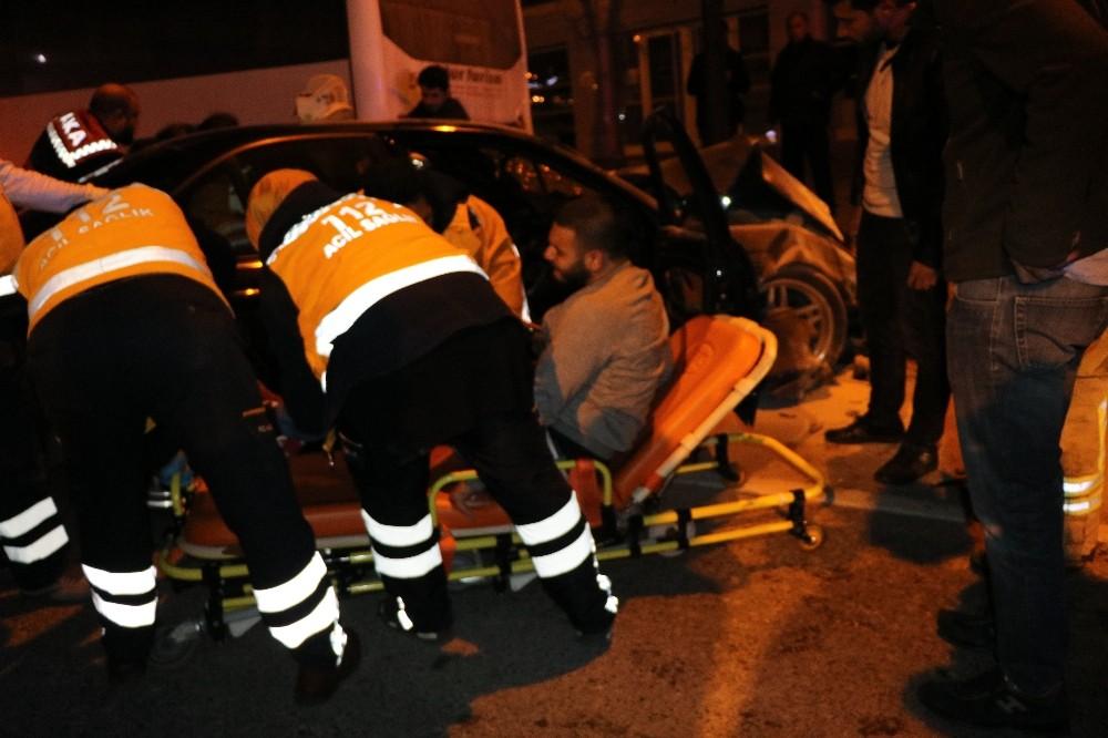 Alkollü sürücü önce çöp konteynerini ezdi, sonra otobüse çarptı: 2 yaralı