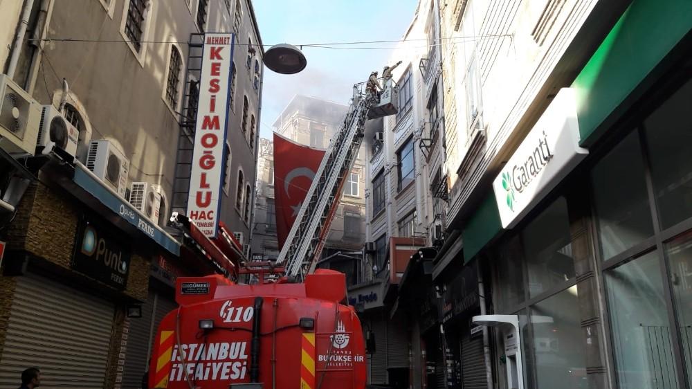Fatih'te bulunan bir handa yangın çıktı