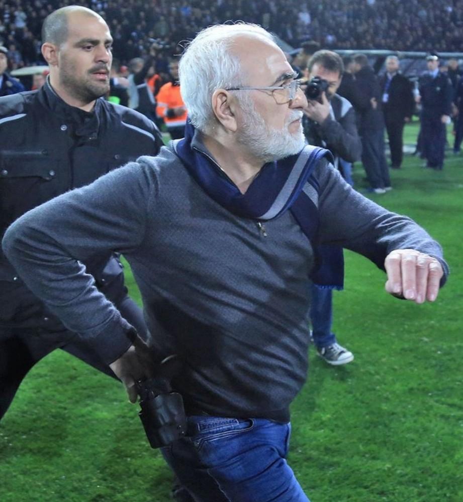 PAOK başkanı silahla sahaya girdi
