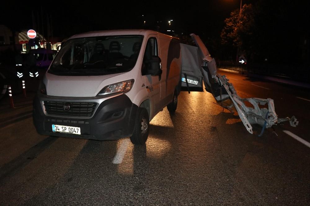 Beyoğlu'nda kargo aracı kaza yaptı; 2 yaralı