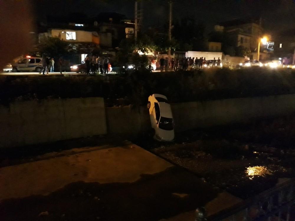 Hatay'da otomobil kanala uçtu