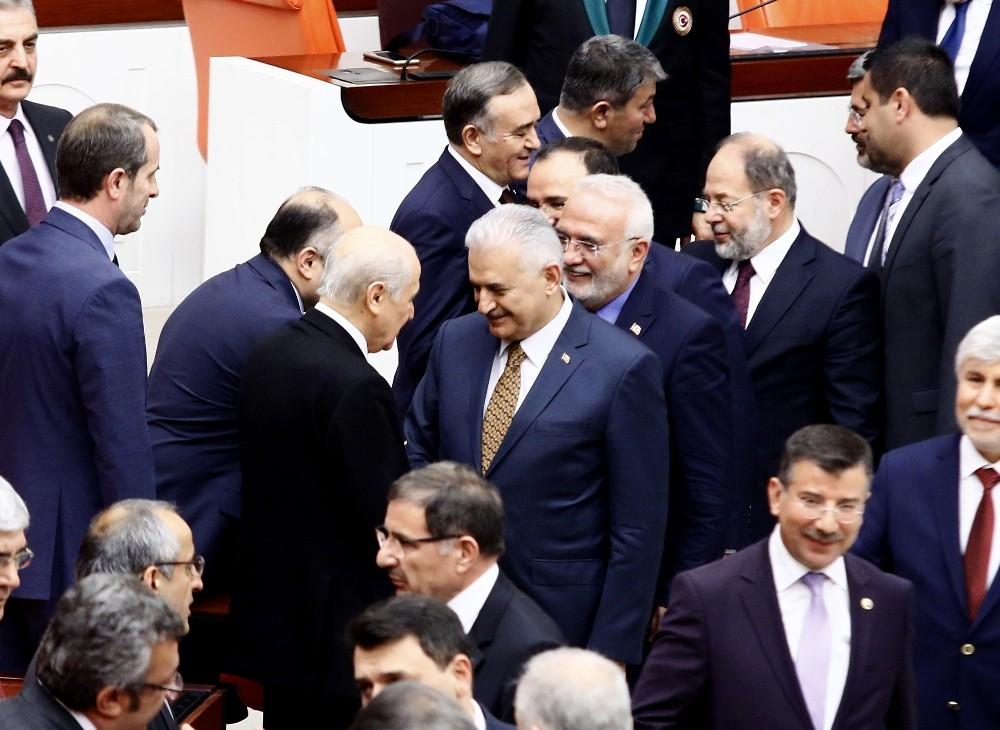 Başbakan Yıldırım ile Bahçeli, Genel Kurulda bir araya geldi