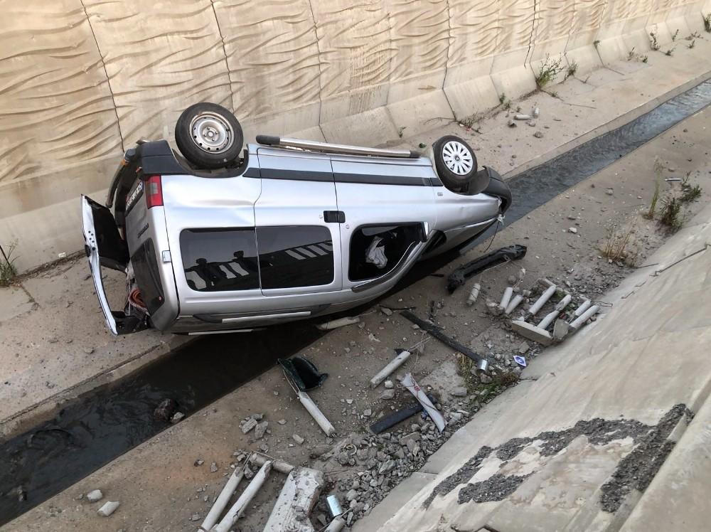 Sultanbeyli'de otomobil dereye uçtu: 1 yaralı