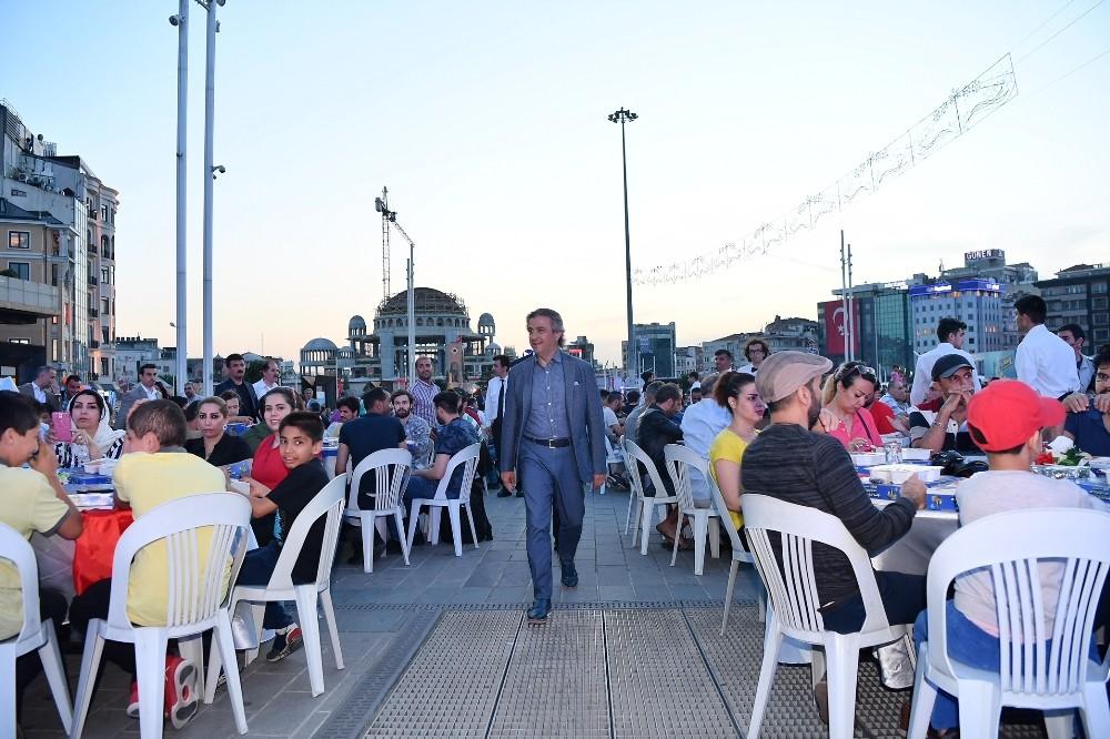 Binlerce kişi Taksim Meydanı'nda kurulan iftar sofralarında buluştu