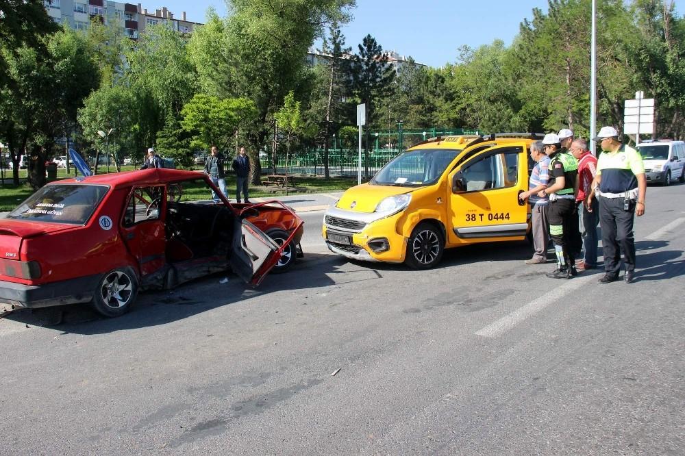Kayseri'de ticari taksi ile otomobil çarpıştı: 5 yaralı