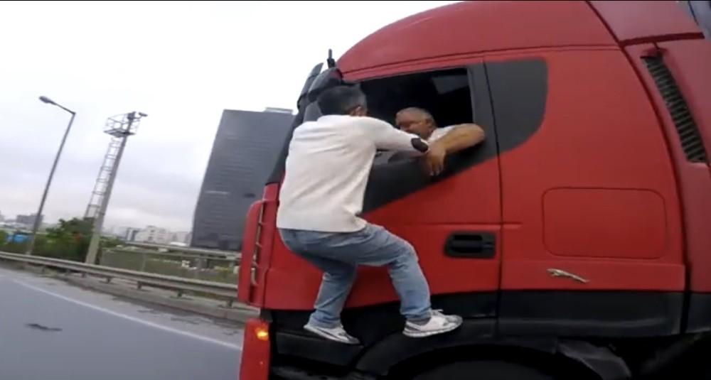 (Özel) TEM Otoyolu'nda film sahnelerine aratmayan trafik kavgası