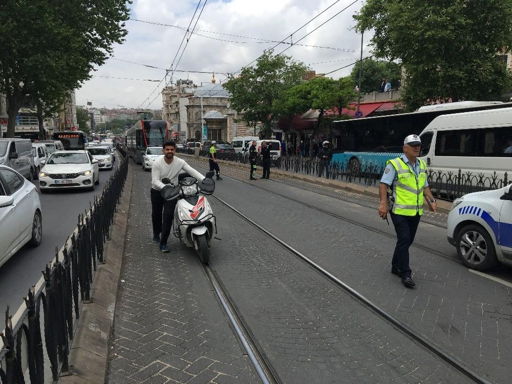 Laleli'de hafif ticari araç ile tramvay çarpıştı: 1 yaralı