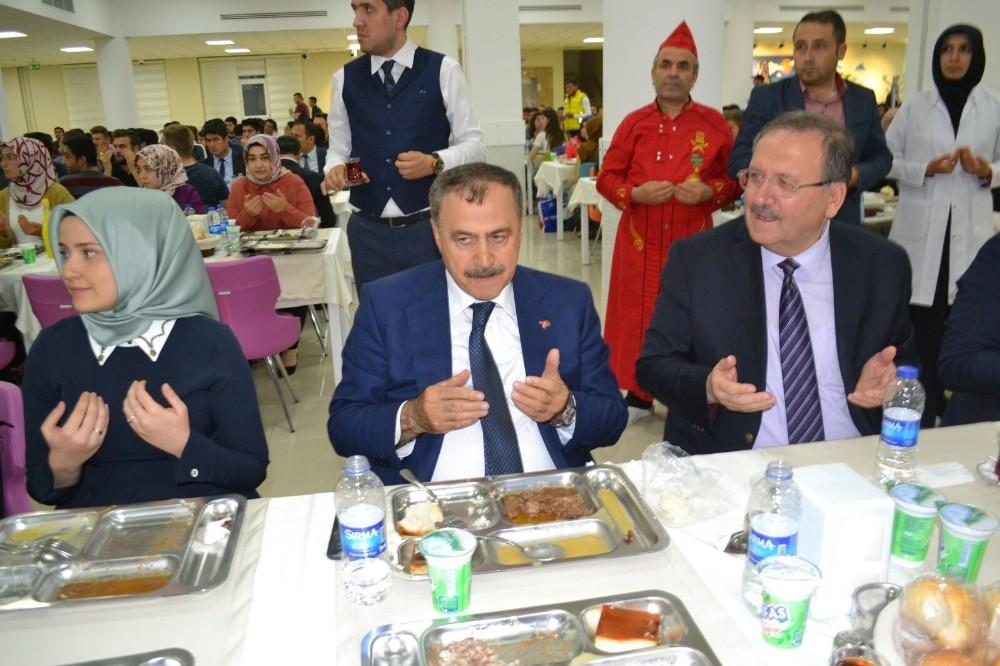 Bakan Eroğlu, gençlerle iftarda buluştu