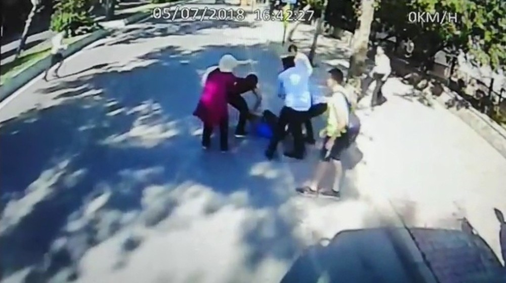 Durak harici yolcu alamadığı için otobüsü taşladılar