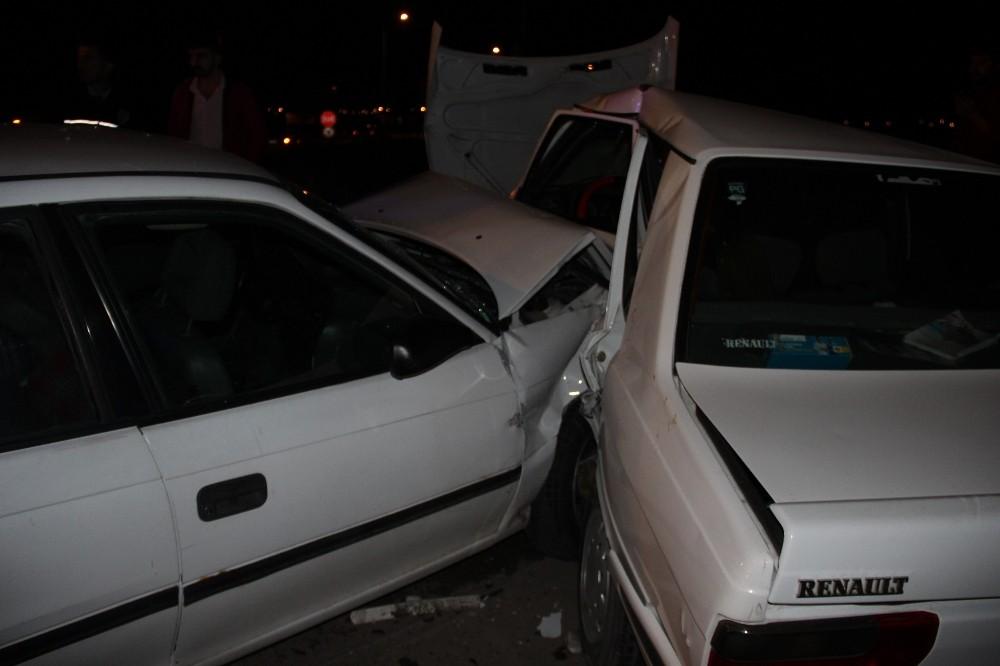Sivas'ta iki otomobil kavşakta çarpıştı: 5 yaralı