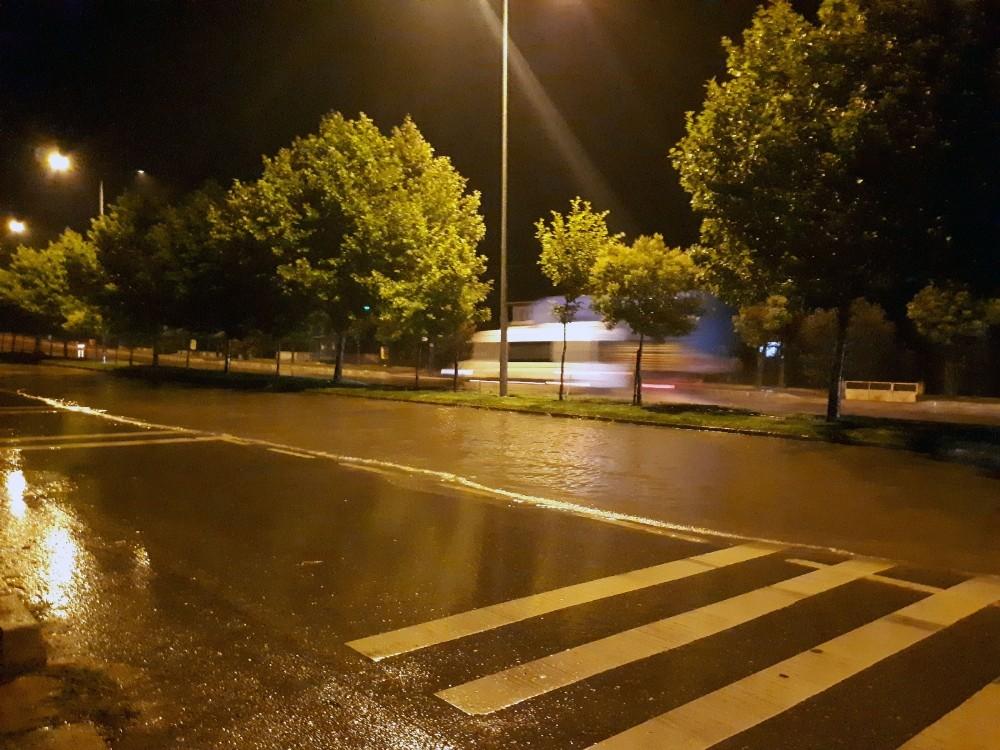 Sağanak yağış, D-650 karayolunu göle çevirdi