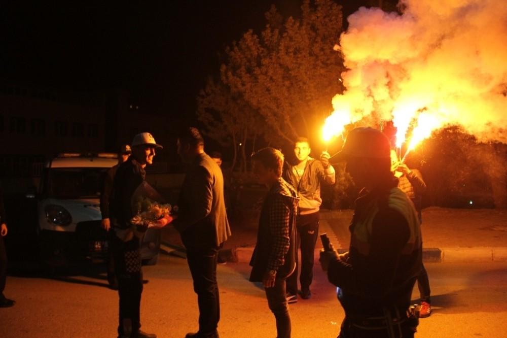 Manisa'da polislere meşaleli kutlama