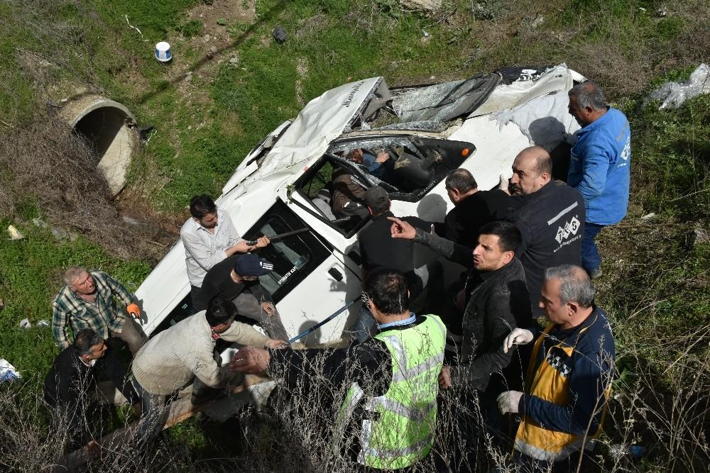 Minibüs menfeze uçtu: 2 yaralı