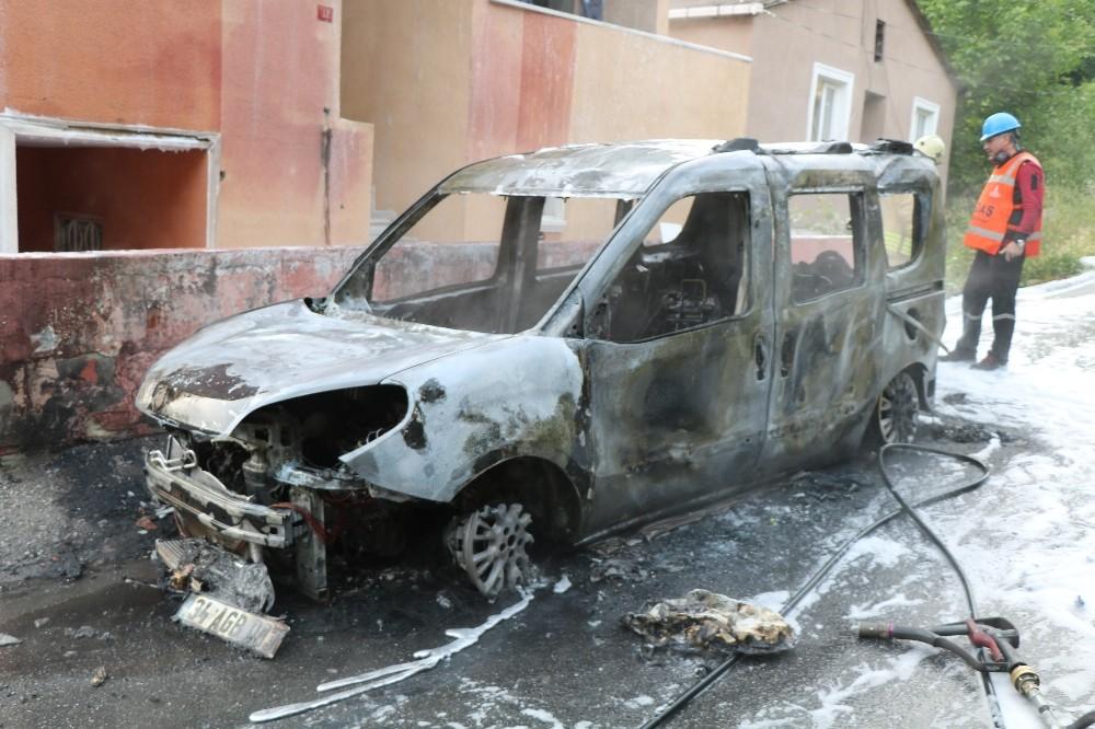 Ümraniye'de otomobil alev alev yandı; mahallede büyük panik yaşandı