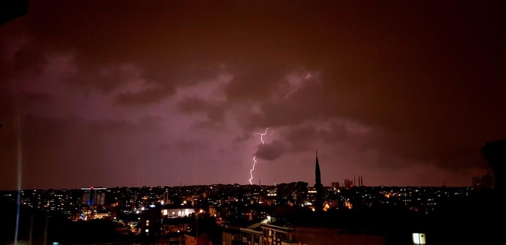 İstanbul'da gökyüzünü şimşekler aydınlattı