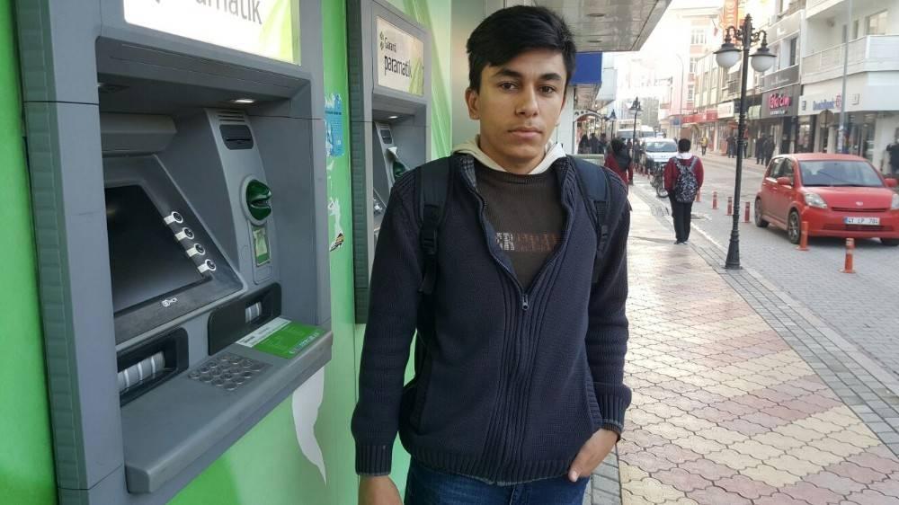 19 yaşındaki genç hesabına yanlışlıkla yatırılan işçinin maaşını iade etti