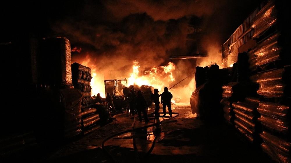 Eyüpsultan'da izolasyon fabrikasında yangın