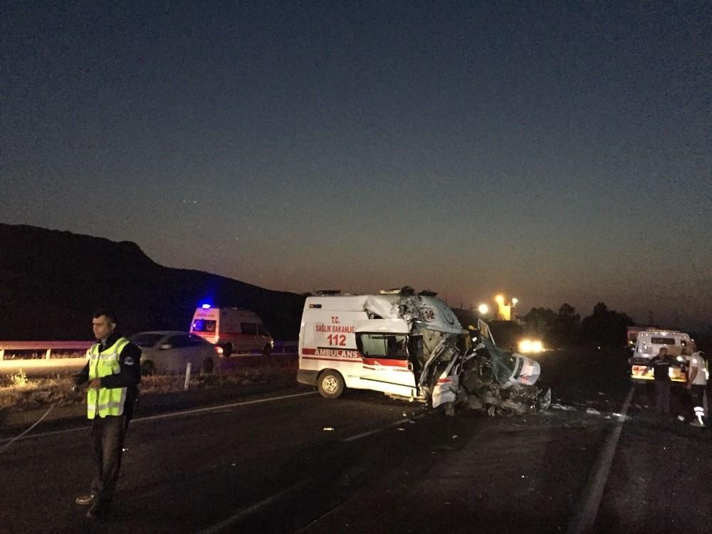Ambulans tıra çarptı 1 sağlık personeli hayatını kaybetti