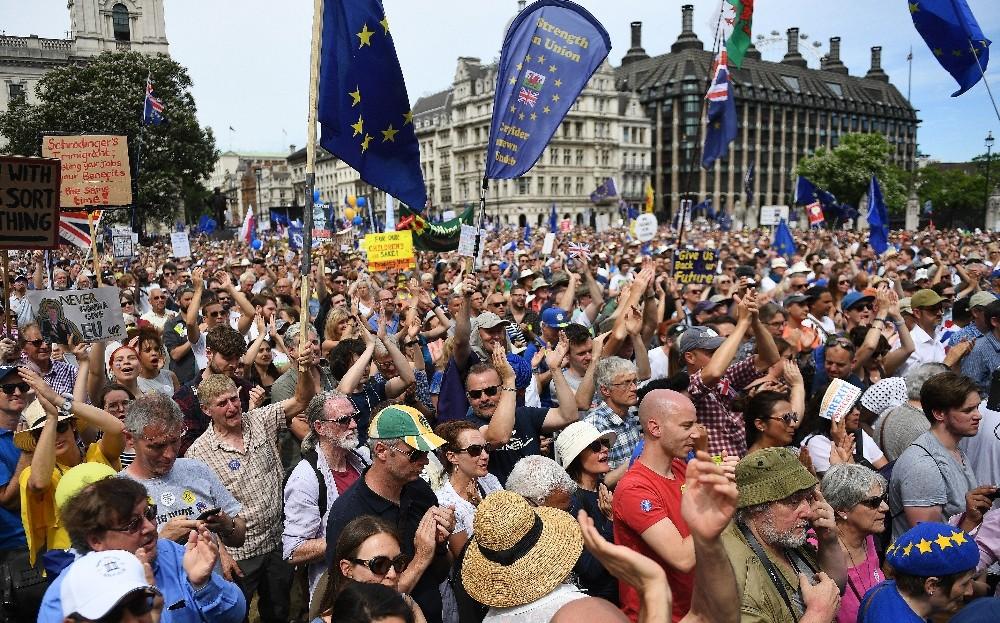 Brexit karşıtı binlerce kişi sokağa döküldü