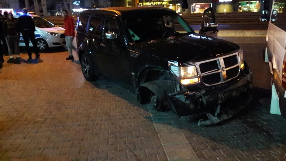 Alkollü sürücü E-5 trafiğini birbirine kattı: 3 yaralı
