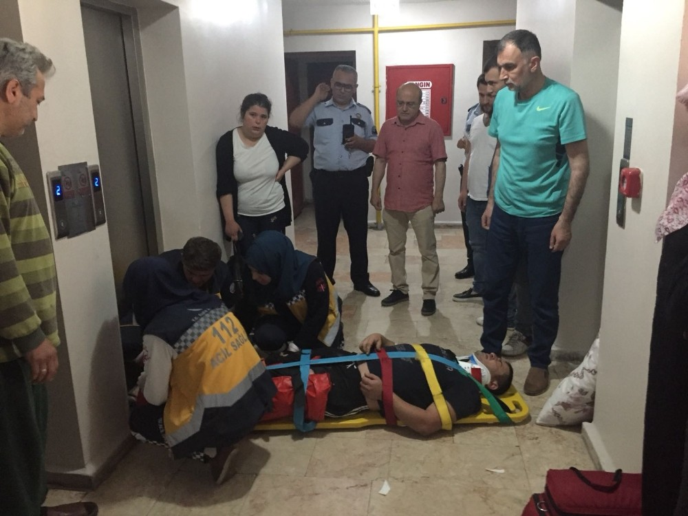 Asansör boşluğuna sıkışan kat görevlisi yaralandı