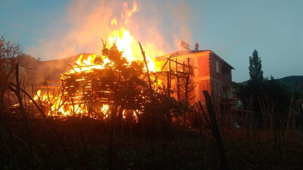Kastamonu'da iki katlı ahşap bina cayır cayır yandı