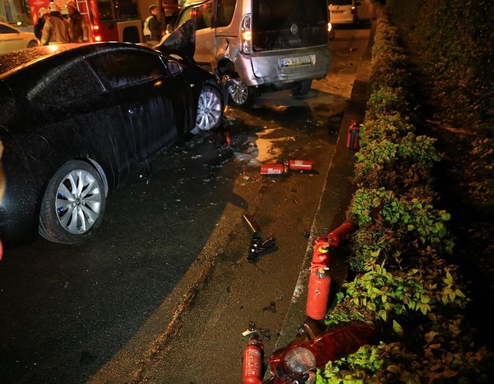Bayrampaşa'da kaza yapan araç alev aldı...Kaza sonrası alev alan aracı TOMA söndürdü