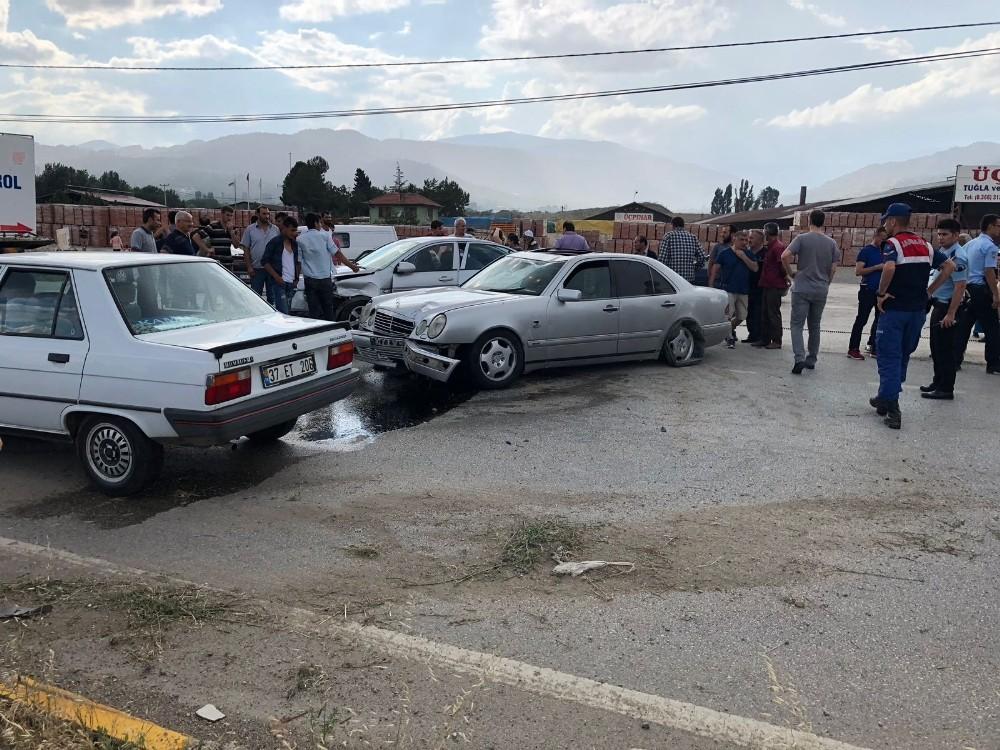 Tosya'da iki otomobil kafa kafaya çarpıştı